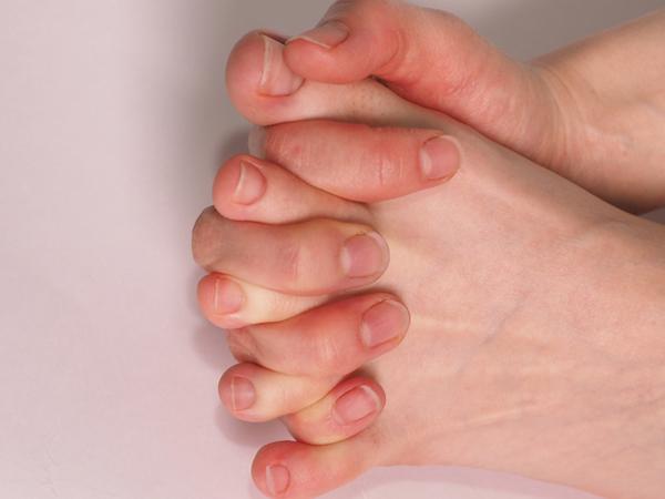 手指と足指を組み握手するイメージ